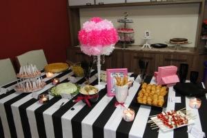 Mesa principal com o buffet de doces ao fundo