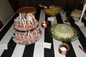 Ao fundo, a quiche e as saladas; à frente, os enroladinhos e a mousse de pepino