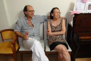 Amigos bebendo o drinque oficial da festa: vinho rosé, é claro!