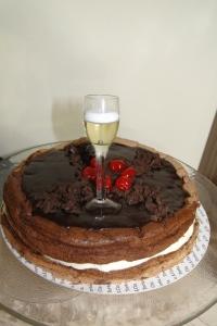 Torta de chocolate e nata com vela em formato de taça de vinho