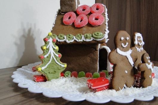 Aproveitei os biscoitos natalinos, como a árvore, para compor a decoração e polvilhei a base com coco ralado para dar uma ideia de neve