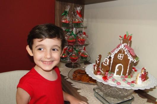 Nick curtindo a casa de gengibre. Rabanadas e torre de cupcakes ao fundo