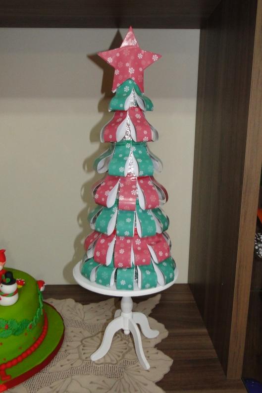 Árvore que fiz para compor o buffet: cone de isopor coberto com papel alumínio e decorado com tiras de papel e uma estrela na ponta, tudo feito com a padronagem vinda no kit