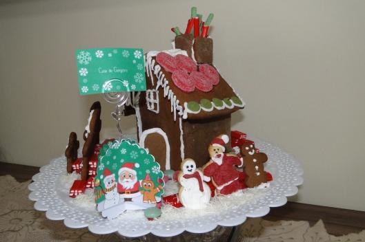 Fiz três biscoitos inspirados nos personagens do kit para fazerem uma aparição especial na casinha: boneco de neve, papai noel e boneco de gengibre