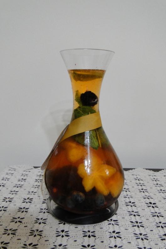 Visual das frutas dentro de decantador, com a carambola formando pequenas estrelas