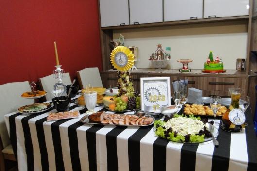 A mesa pronta para receber os convidados