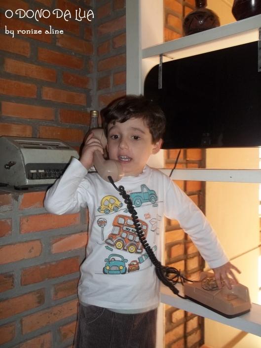 Nick tendo seu primeiro contato com um telefone de disco
