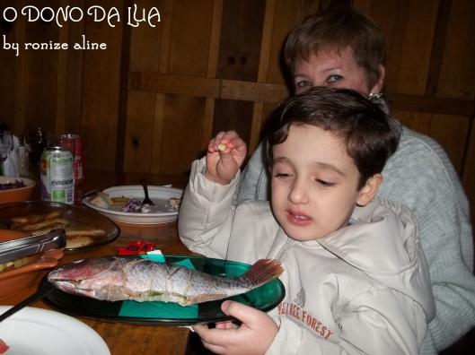 Nick observando o peixe ainda cru