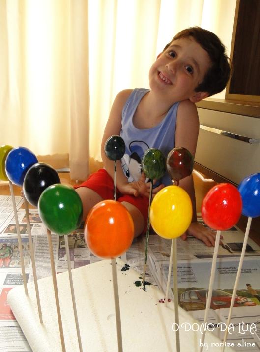 Nicholas e os ovos recém-pintados