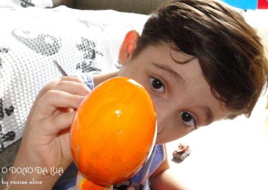 Nicholas pintando ovo com tinta acrílica
