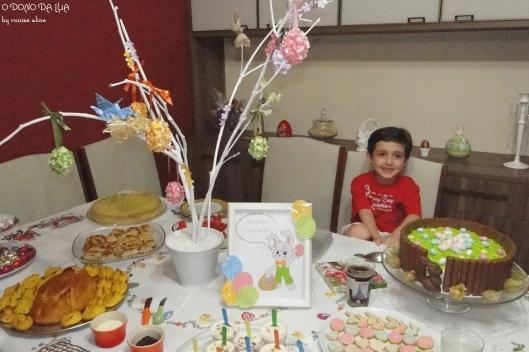 Nicholas na mesa de Páscoa
