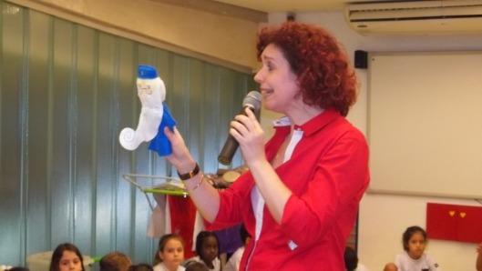Seu Selênio encantando as crianças