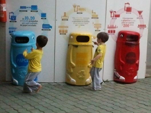 Latões de lixo criativamente decorados